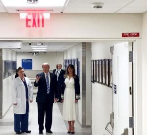 Trump visita a heridos de tiroteo en escuela de Florida y felicita a policías