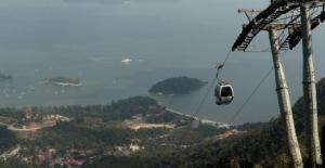 Rescatan a un millar de turistas atrapados en un teleférico de Malasia