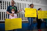 Padres protestan encadenados en principal hospital pediátrico de Venezuela