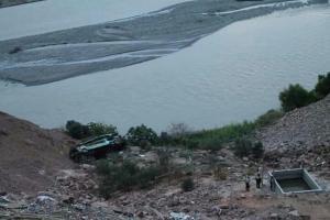 Al menos 30 muertos tras la caída de autobús a un abismo en el sur de Perú