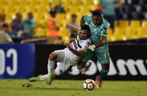 Máximo Banguera 'salvó' a Barcelona SC con una polémica jugada que le costó la expulsión