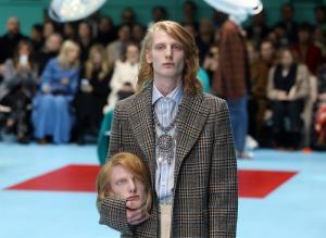 Modelos 'decapitadas' de Gucci y los años 60 de Moschino revolucionan Milán