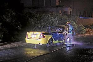Le prenden fuego a un taxi robado