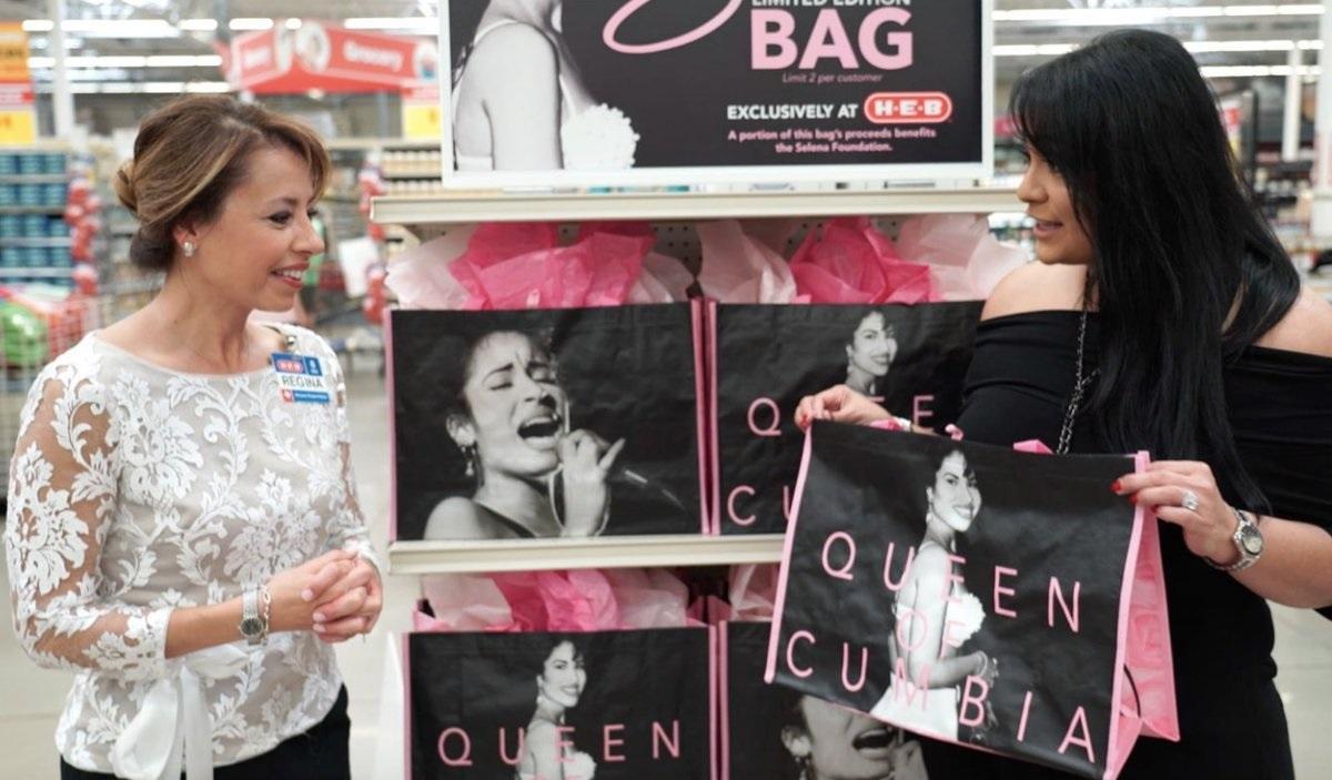 Texanos se agolpan para comprar una bolsa de mercado con la imagen de Selena Quintanilla
