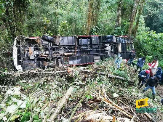 Al menos trece heridos al caer un autobús por una pendiente en la vía La Bonita-Tulcán
