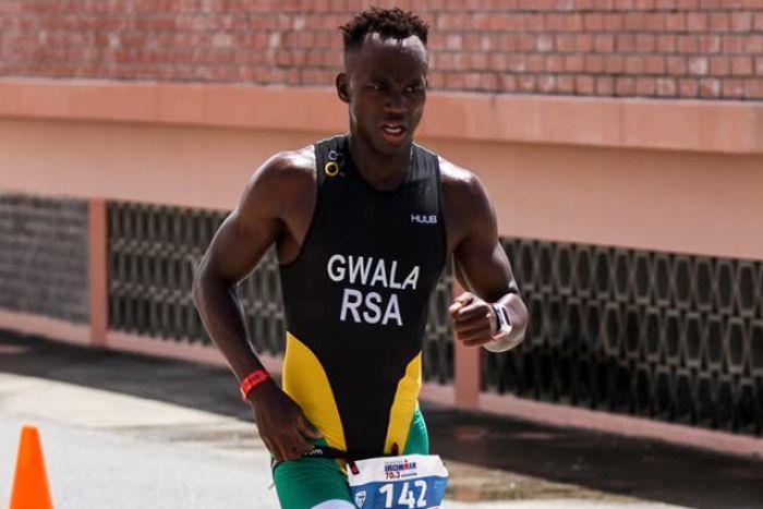 Desconocidos serruchan las piernas de un triatleta mientras entrenaba