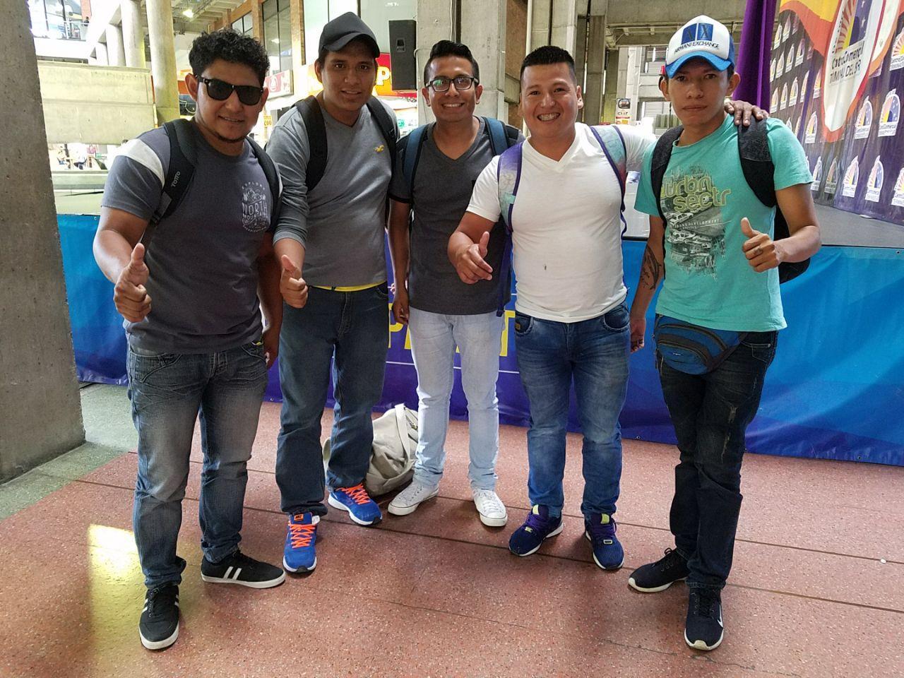 Hinchas 'cetáceos' llegan a Medellín para acompañar al Delfín en su partido de este miércoles