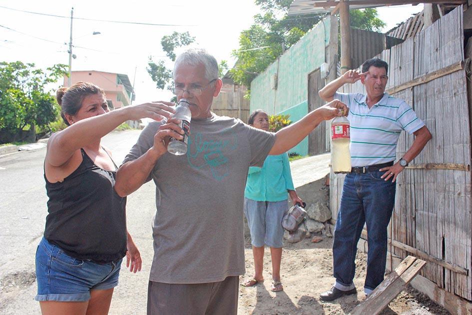 Barrio 24 de Mayo se quejan de agua contaminada