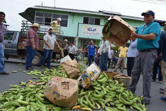 Lanzan plátanos y bloquean la vía a Quito