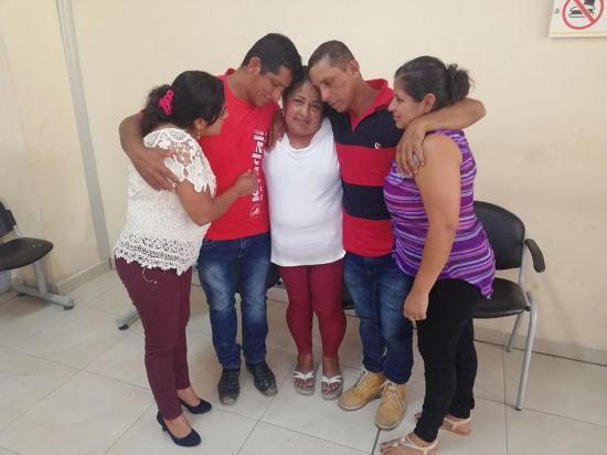 Madre e hijos se reencuentran después de 35 años