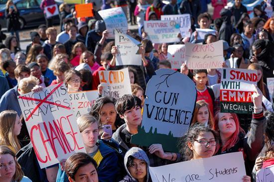 Miles de alumnos de Estados Unidos marchan por mayor control en venta de armas