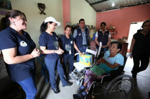 Primera Dama entrega en Manta y Jaramijó ayuda técnica para personas con discapacidad