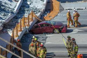 Miami: Suben a 6 los muertos por el hundimiento de un puente peatonal