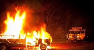Varios desconocidos incendian una maquinaria forestal y un camión