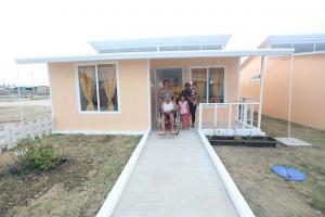 Reciben casas prometidas por esposa del presidente del país