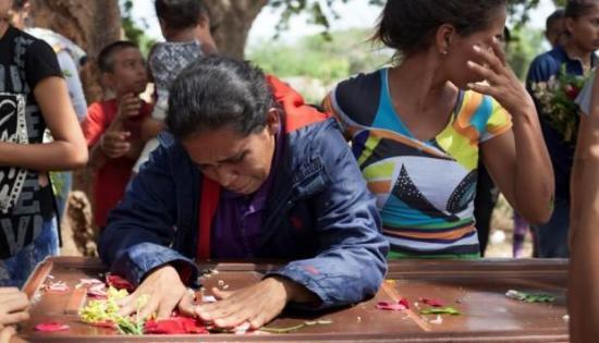 Cinco policías detenidos por muerte de 68 personas en comisaría de Venezuela
