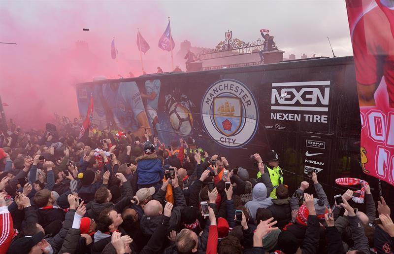Aficionados del Liverpool dañaron el autobús del City a su llegada a Anfield