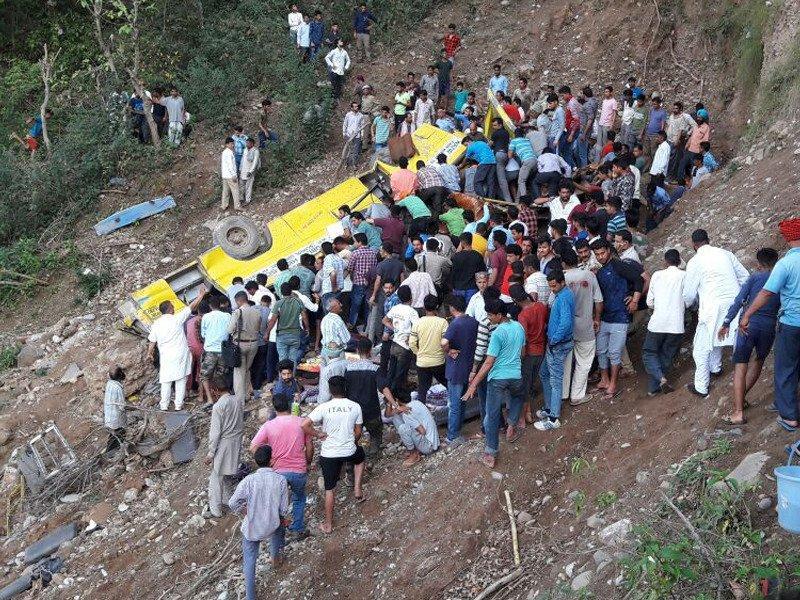 Aumentan a 27 los muertos en accidente de autobús escolar en la India