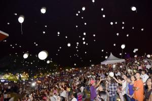 Con velas, globos, y nostalgia se conmemoró la misa campal por los años del 16A en Portoviejo