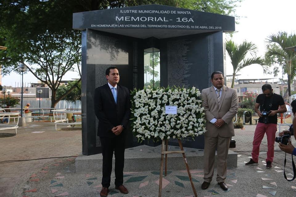 Manta: Colocan ofrenda floral en memoria de las víctimas del terremoto