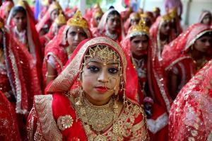 Miles de indios contraen matrimonio en el día de mejor augurio del año