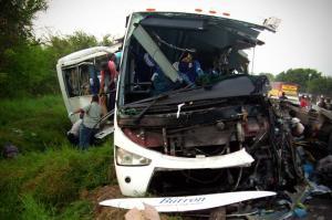 Brasil: Seis muertos y trece heridos en choque entre camión y autobús