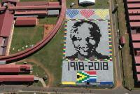Un retrato de Mandela hecho con miles de mantas para verlo desde el espacio