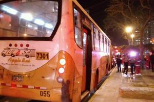 Policía detiene a sospechoso de prender fuego a una mujer en autobús en Lima