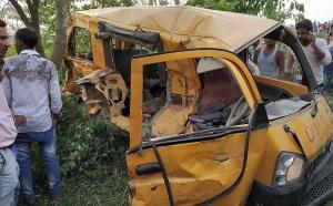 Cerca de 13 niños mueren al chocar un autobús escolar y un tren en la India