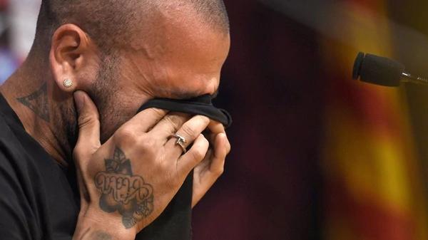 Dani Alves dice confiar en Brasil tras lesión que lo marginó del Mundial