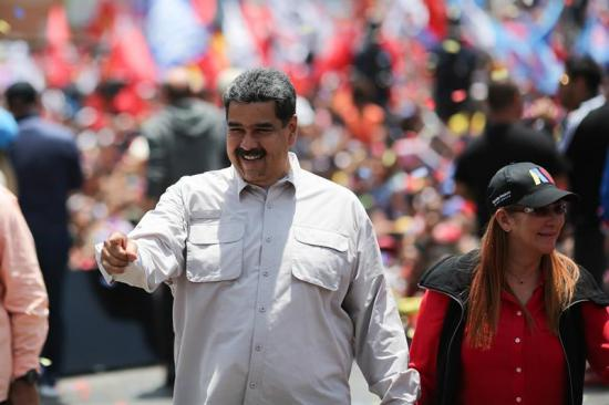 Maduro se convierte en bailarín y cantante para avivar su campaña