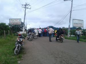 Transportistas rurales de Paján piden arreglos de vía con un plantón pacífico