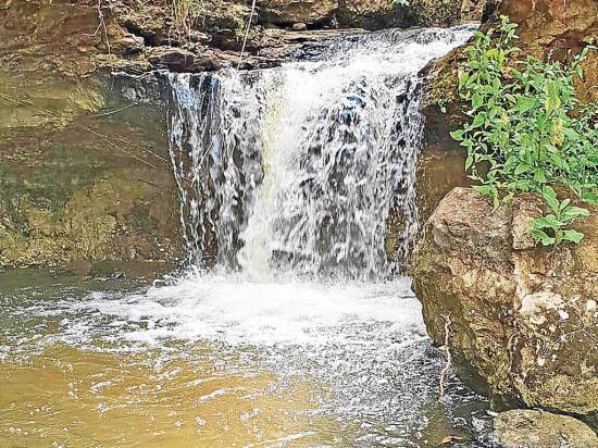 Agua que saldría del acueducto forma río