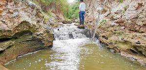 El agua se escapa del acueducto