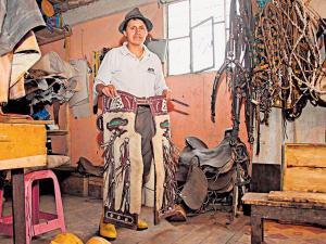 En Ambatillo se recupera el oficio de la talabartería