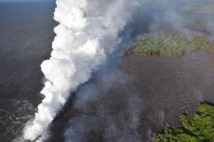 Una nube tóxica se eleva sobre Hawái mientras la lava llega al océano