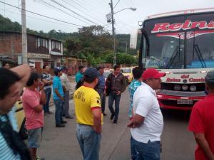 Transportistas de Sucre cierran vía exigiendo atención de autoridades municipales