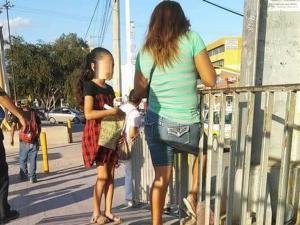 Obliga a su hija a vender chicles para que valore lo que tiene