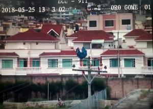 Saltó en parapente y quedó atrapado entre cables de electricidad