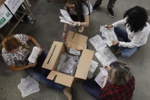 El uribista Duque y el izquierdista Petro irán a segunda vuelta en Colombia