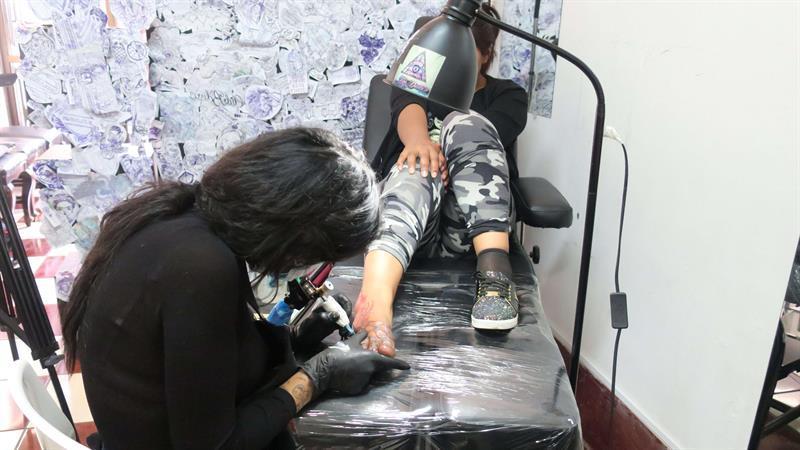 Las cicatrices de la violencia en mujeres se convierten en tatuajes en La Paz