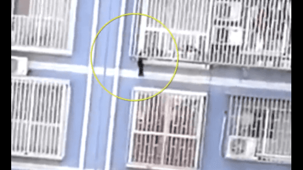 Un ''Spiderman chino'' escala 5 pisos para salvar la vida de un niño de 2 años