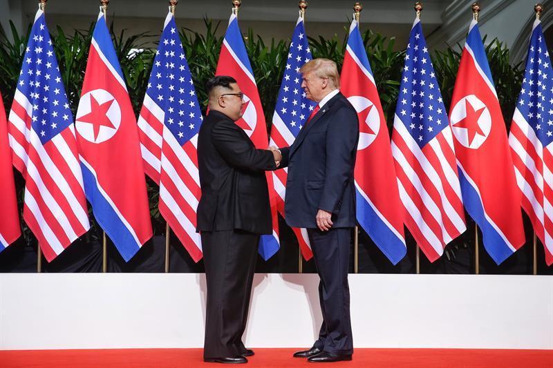 La cumbre entre Donald Trump y Kim Jong-Un comienza con un apretón de manos