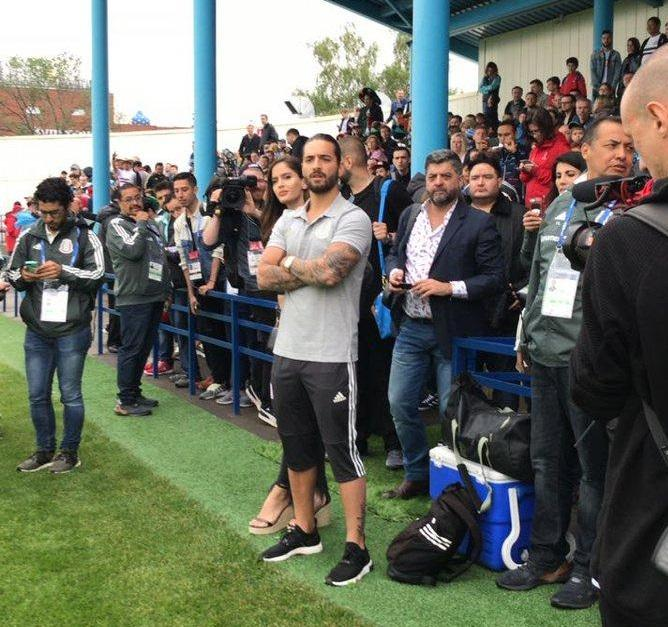 Maluma visita a la selección de México en su primer entrenamiento en Rusia