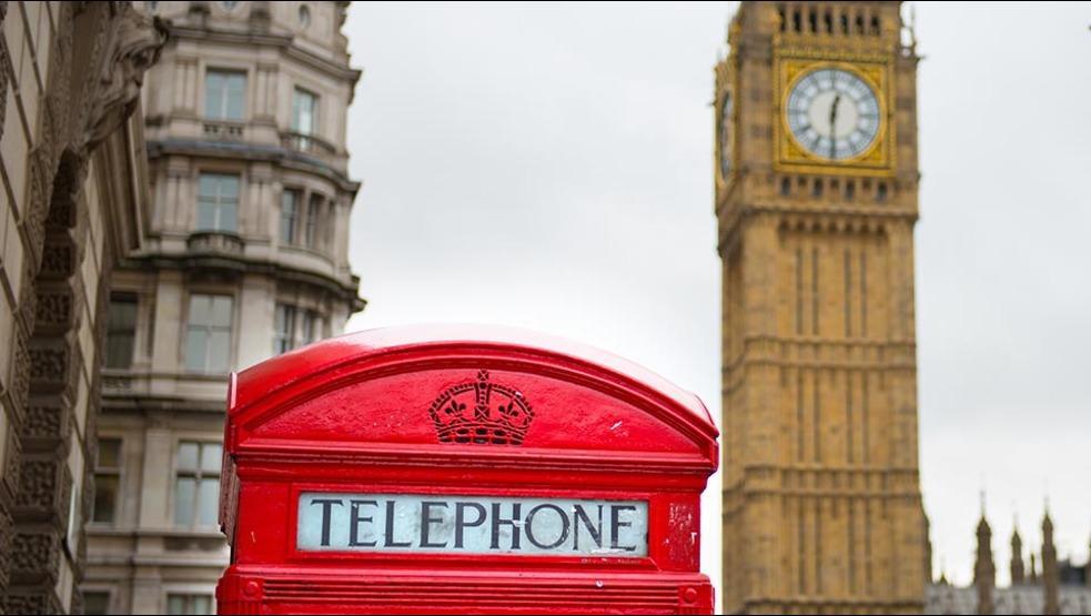 VÍDEO: Los ingleses reinventan el uso de las famosas cabinas telefónicas