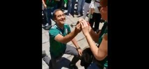 'Amor mundialista': Hincha mexicano pide matrimonio a su novia en plena celebración