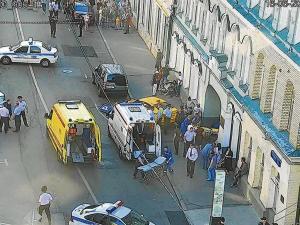 Taxi pierde el control y arrolla a una multitud
