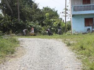 Una vía que lleva  a varios recintos