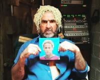 Ex jugador francés Éric Cantona se burla de Neymar colocándose espaguetis en la cabeza
