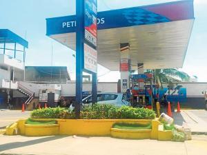 Dos motociclistas asaltan una gasolinera de Portoviejo